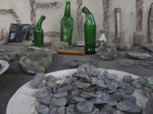 koleksi-berharga-di-rumah-sriyanto-berupa-botol-yang-melelah-serta-uang-logam-yang-juga-meleleh-tak-kuat-menahan-panasnya-wedhus-gembel