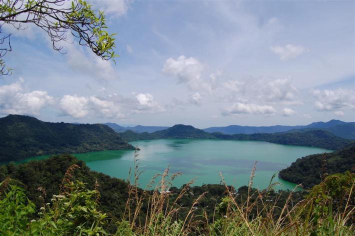 Danau Vulkanik Terdalam di Pulau Flores